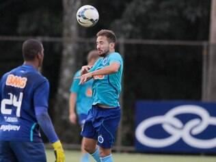 Everton Ribeiro sofreu uma pancada na região lombar no jogo contra o Sport e deixou dúvidas sobre presença diante do Inter