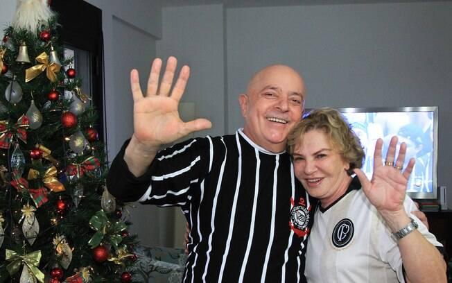 Ao lado de Marisa, Lula veste a camisa do Corinthians. A Gaviões da Fiel tem o ex-presidente como tema do carnaval 2012