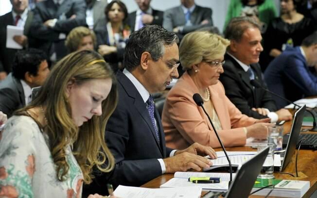 Senador Eduardo Amorim (PSC-SE) faz pronunciamento na bancada, entre as senadoras Vanessa Grazziotin (PCdoB-AM) e Ana Amélia (PP-RS). Foto: Geraldo Magela/Agência Senado