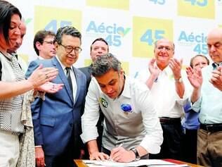 Adesões. Em ato político com milhares de pessoas, ontem, em São Paulo, Aécio Neves recebeu apoios de evangélicos e de prefeitos