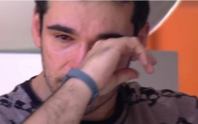 Alan chora ao falar em desistir do reality