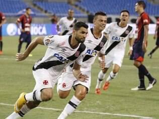 Gilberto e Bernardo comemoram gol do Vasco contra o Bonsucesso