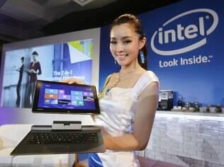 Intel promove híbridos de notebook e tablet, enquanto mercado de chips para smartphones e tablets não decola