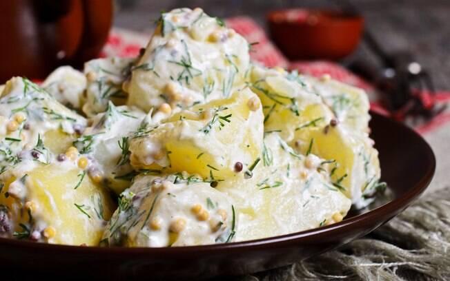 prato de salada de batatas com maionese