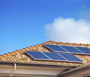 Saiba como a instalação de painéis solares pode fazer você reduzir gastos na conta