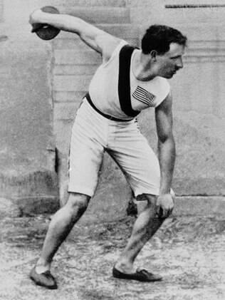 O americano Rob Scott, o campeão olímpico do lançamento de disco em 1896