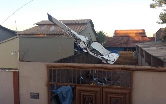 Avião cai sobre residência em Goiânia; acidente aéreo deixou pelo menos duas pessoas feridas e uma criança morta