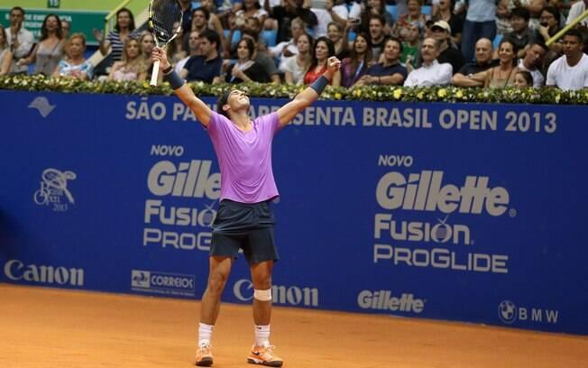Rafael Nadal comemora o ponto que lhe deu o  título do Brasil Open, diante de David Nalbandian