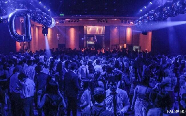 Além do DJ, o evento - que vai da meia-noite às 6h - tem duas bandas ao vivo