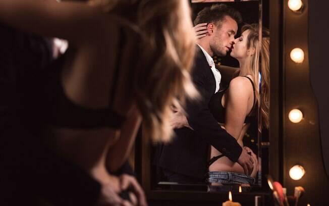 Fazer sexo na frente do espelho pode ser estimulante para alguns casais, principalmente aqueles que focam no corpo