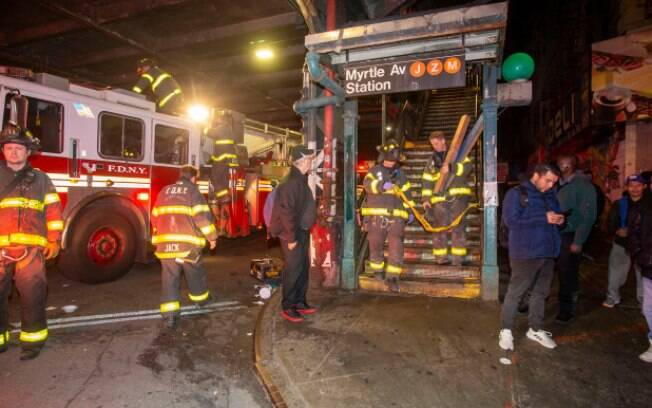 Oficiais resgataram homem que caiu no trilho de um metrô no Brooklyn