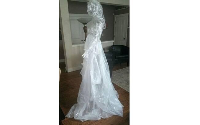 Fazer fantasmas de fita adesiva é uma forma prática e divertida de decorar a casa para uma festa