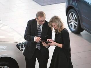 Desconfie de vantagens mirabolantes antes de fechar o negócio na loja de carros