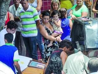 Vítimas. De manhã, cerca de 300 pessoas lotaram velório da família