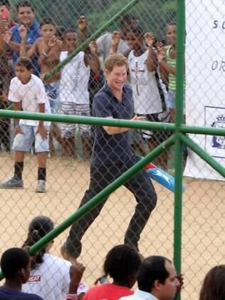 Príncipe Harry aproveitou para aprender um jogo local, o