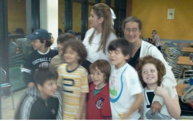 Lívia Andrade com as crianças de Carrossel