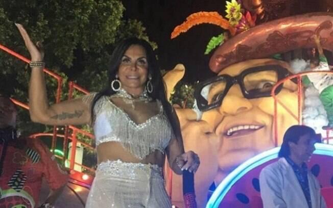 A cantora Gretchen desfilou pela Grande Rio e foi destaque na alegoria Discoteca do Chacrinha