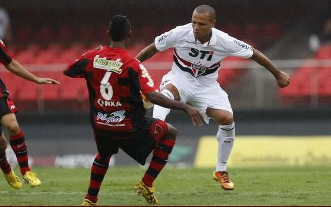 Luis Fabiano, atacante do São Paulo, em ação  contra o Oeste