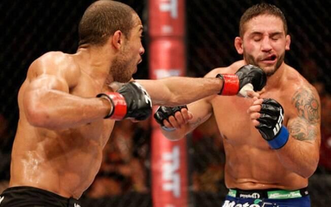 Chad Mendes leva soco de José Aldo em duelo pelo UFC 179