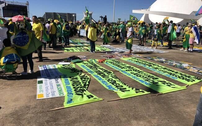 Manifestação a favor de Bolsonaro, tinha cartazes que pediam intervenção militar