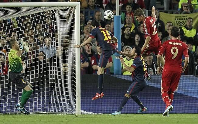 Thomas Muller cabeceia para marcar o terceiro  gol do Bayern de Munique na vitória sobre o  Barcelona no Camp Nou
