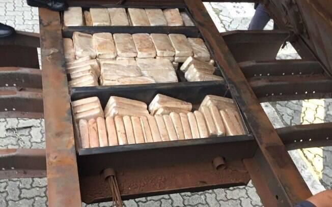Canil PM achou droga escondida em carreta