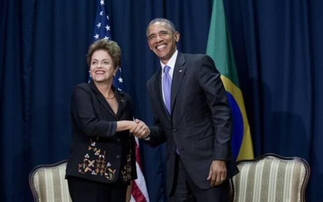 Apóe reunião bilateral, Dilma Rousseff e Barack Obama se cumprimentam em sala da 7ª Cúpula das Américas, no Panamá