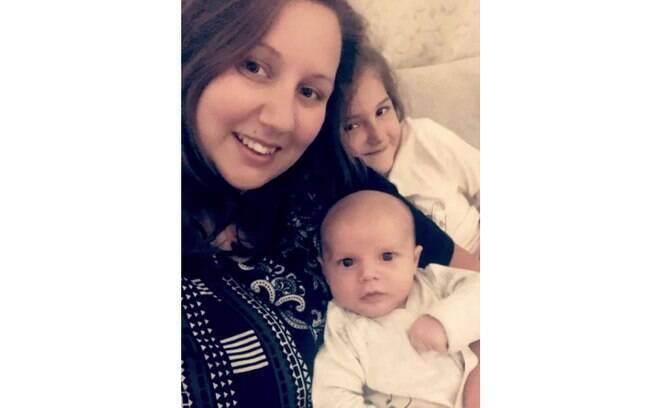 Alex Upton com Ezra, de dois meses e vítima do acidente com o fio de cabelo, e a filha mais velha. Entre os cuidados com recém-nascido, a mãe alerta para checar com atenção todos os detalhes das roupas que serão colocadas no bebê