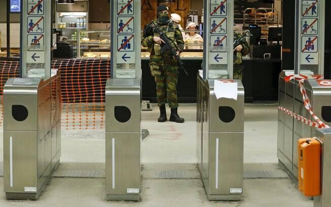Soldados fazem a segurança em estação de  metrô na região central de Bruxelas, na Bélgica