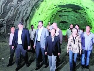 Em construção. Ministro dos Transportes (ao centro) e outras autoridades percorreram novo túnel da 381