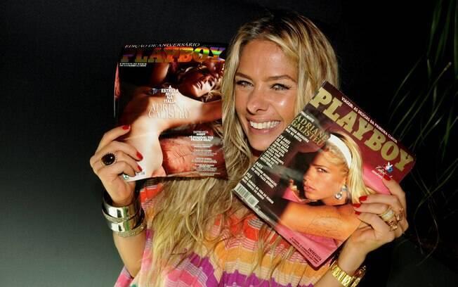 A apresentadora posa com a capa de seu ensaio atual e a da revista de 1995