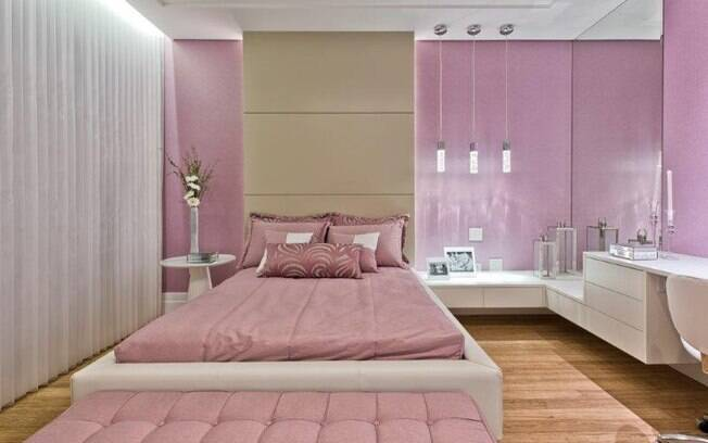 O tom escolhido para o quarto também pode estar presente nos armários, como nesse projeto da Moss