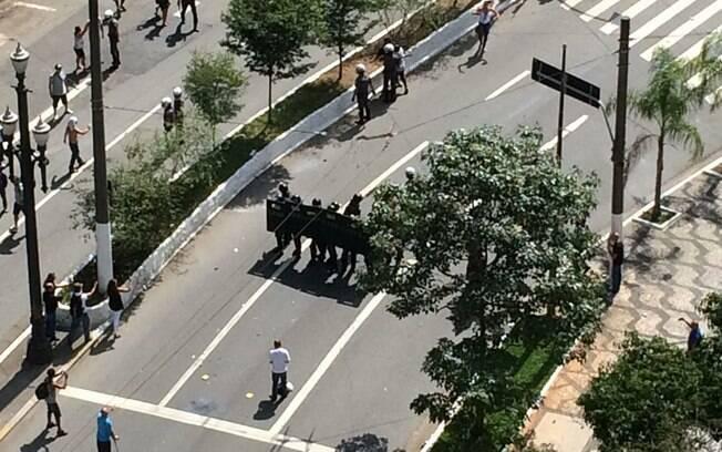 Polícia usa bombas de gás lacrimogênio contra professores que protestam na Câmara de SP