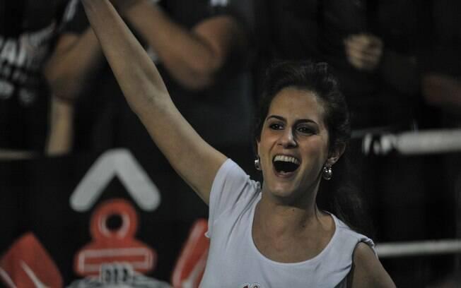 Bela torcedora do Corinthians apoia o time no  Pacaembu