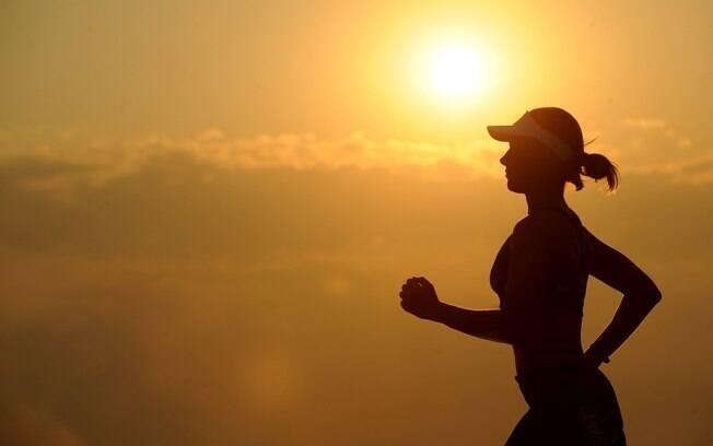 Para quem gosta de correr ao ar livre, uma boa forma de como se proteger do sol é com roupas de proteção UV