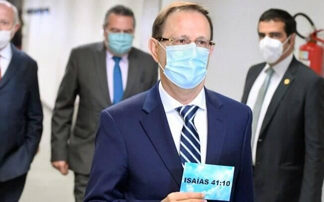 Carlos Wizard chega para depor na CPI da Covid com placa que cita versículo bíblico