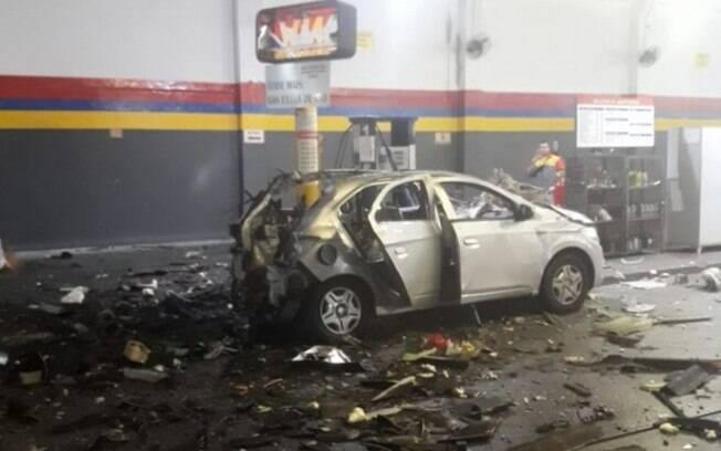Carro ficou completamente destruído após a explosão do cilindro de GNV