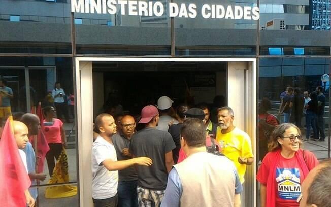 Manifestante de movimentos sem-teto ocupam prédio do Ministério das Cidades