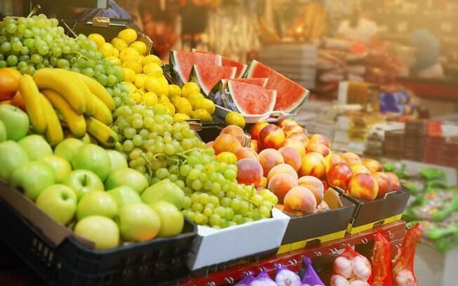 Embrulhar as frutas em papel ou em uma sacola plástica cria uma pequena estufa, acelerando o processo de amadurecimento
