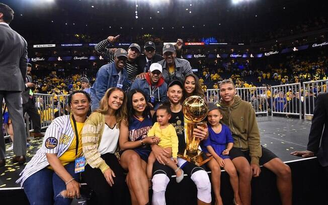 Stephen Curry posa com a família depois de mais um título com o Golden State Warriors