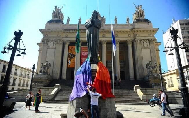 Protesto cobre pés da estátua de Tiradentes diante da Assembléia Legislativa do Rio de Janeiro