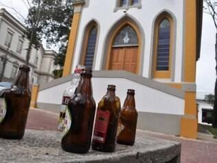 Garrafas foram encontradas no entorno da igreja alvo de vândalos