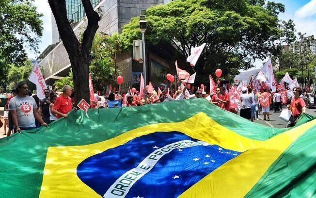 Militantes se reúnem em Belo Horizonte para último ato pró Dilma