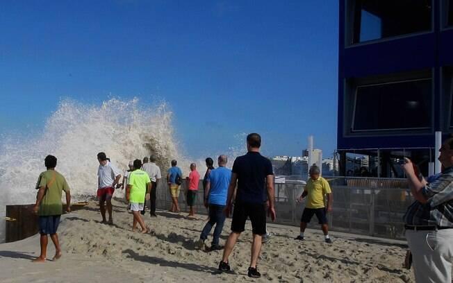 Centro de Transmissão que abrigará imprensa em Copacabana é ameaçado pelas ondas