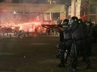 SP - PROTESTO/SP/MOVIMENTO PASSE LIVRE - GERAL -  Policiais militares usam balas de borracha e bombas de gás lacrimogêneo para dispersar   manifestantes durante o 2º grande ato contra o reajuste da tarifa do transporte público   em São Paulo, organizado pelo Movimento Passe Livre, no centro da cidade, nesta sexta-   feira. No último dia 6, o preço da passagem na capital paulista passou de R$ 3,00 para R   $ 3,50.    16/01/2015 - Foto: AMAURI NEHN/BRAZIL PHOTO PRESS/ESTADÃO CONTEÚDO
