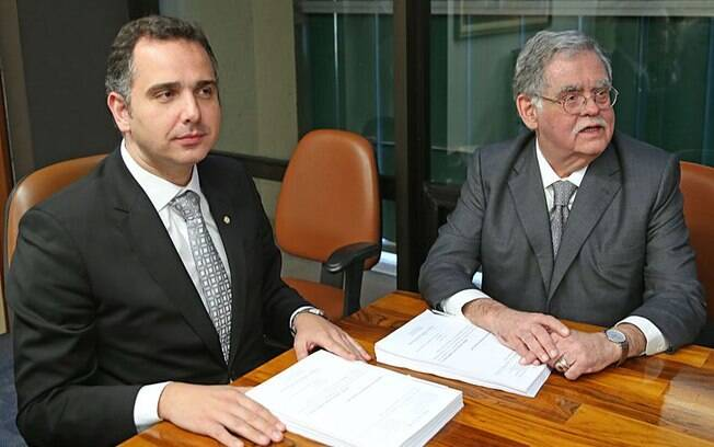 Advogado de Michel Temer, Antônio Cláudio Mariz de Oliveira (à dir.) entregou defesa nesta quarta-feira (5)