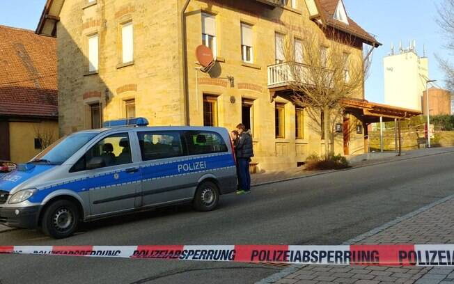 carro da polícia na frente de uma casa