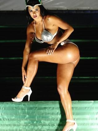 Aline Bernardes diz que não se incomoda de mostrar o corpo