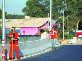 Técnicos fazem medições no viaduto de acesso à avenida Portugal, na Pampulha