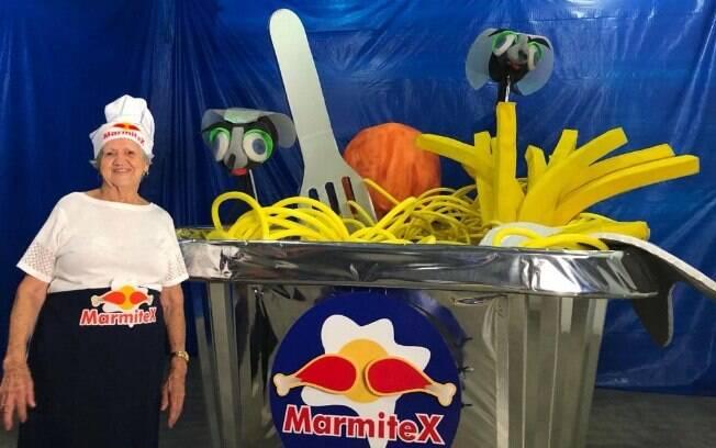 Dona Izaura, a vovó de 90 anos que participará da corrida, ao lado do carrinho de sua equipe, a Marmitex